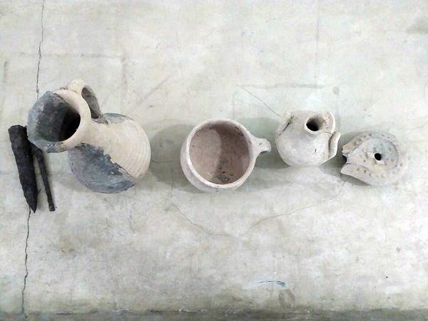 مواطن يسلم قطع أثرية لمتحف طلميثة.