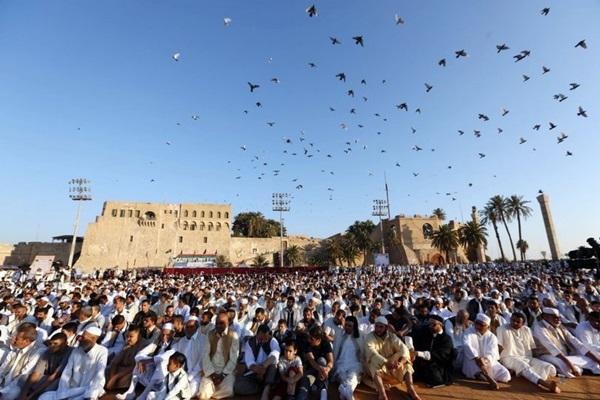 صلاة العيد بميدان الشهداء، بمدينة طرابلس.