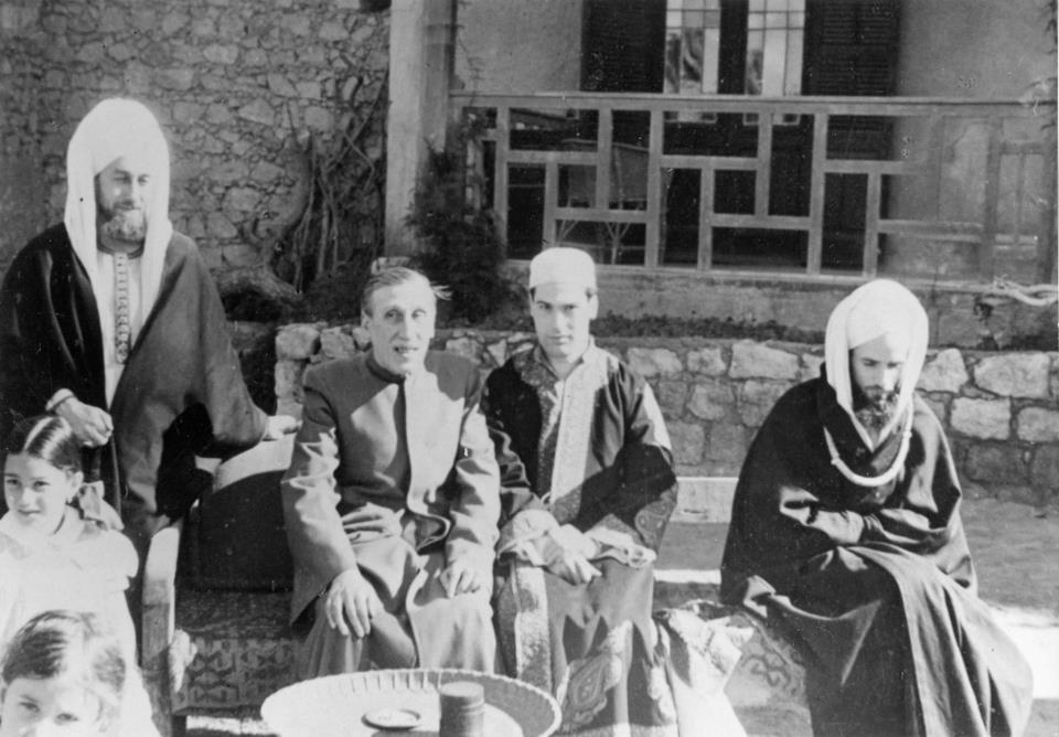 غينو مع جمع من أصدقائه ببيته في القاهرة.