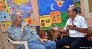 الصحفي عبدالله الزائدي يحاول الفنان التشكيلي عادل جربوع.