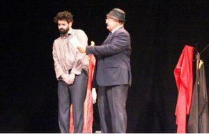 الفنان عبدالله الفنادي في أحد أعماله المسرحية.