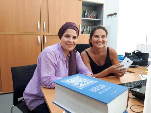 الروائية نجوى بن شتوان أثناء توقيع العقد.