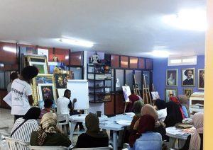 التشكيلي الليبي محمد البرناوي، أثناء درس عن الرسم.