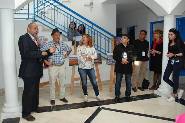 المصور الفوتوغرافي طه كريوي متحدثاً في لقاء الفوتوغرافيون في تونس.