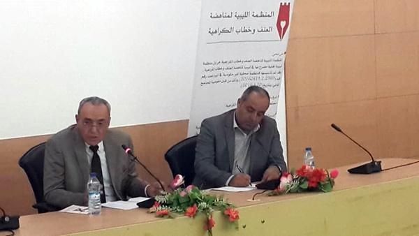 الأستاذ عماد العلام صحبة الدكتور عامر أبوضاوية أثناء المحاضرة.