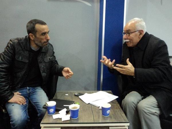عبدالسلام الفقهي يحاور الكاتب عبدالعزيز الزني (عدسة أحمد الغماري).