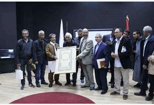 الخطاط أحمد طلحة، يستلم 'جازته في الخط المغربي.