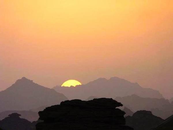 الصورة: الغروب في جبال أكاكوس،تصوير الفنان ميلود العمروني