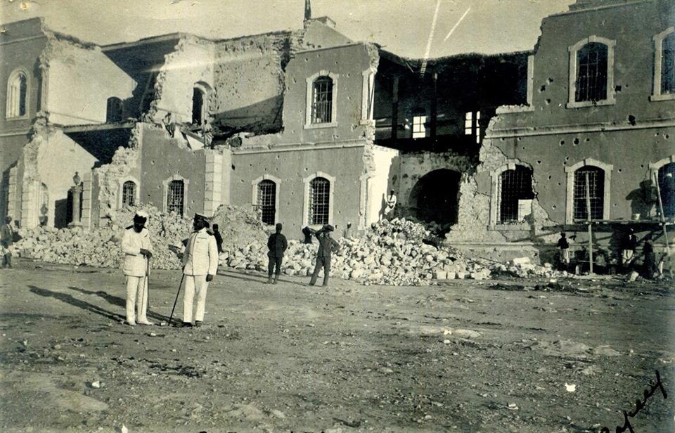 واجهة مبنى القشلة التركية (معسكر البركة) بعد قصفه من القوات الإيطالية